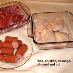 Côtes, poulet et saucisse, parés et coupés