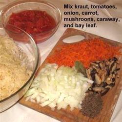 Choucroute, tomates, oignons, carottes, champignons, graines de carvi et feuille de laurier